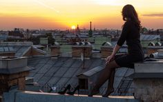 Girl sitting on a roof and watching the sunset heights Night Aesthetic, City Aesthetic, Couple Aesthetic, Aesthetic Anime, Aesthetic Desktop Wallpaper, Scenery Wallpaper, City View Apartment, New Zealand Cities, Roofing Options