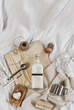 8 Zero Waste Putzmittel aus 5 Zutaten - Less Waste im Haushalt Bath Caddy, Zero Waste, Earth Month, Inspiration, Beauty, Soap, Homemade Cosmetics, Empty Bottles, Biblical Inspiration