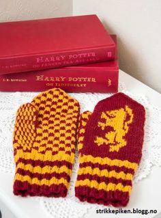 Harry Potter Votter/Mittens pattern by Iselin Mosevoll – Vintage Knitting Patterns Harry Potter Gryffindor, Harry Potter Socks, Harry Potter Crochet, Knitted Mittens Pattern, Knit Mittens, Knitted Blankets, Knitting Socks, Knitting Charts, Knitting Patterns Free