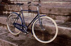 """telaio: peugeot anni 60 circa colorazione:blu 5022 parti sostituite: gomme bianche 28""""+camere,pedali,sella brooks b73."""