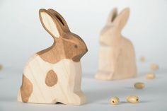 Schöne hölzerne Statue Rabbit von EcoFriendlyWoodenToy auf Etsy
