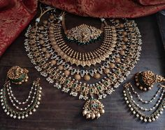 Antique Jewellery Designs, Fancy Jewellery, Gold Jewellery Design, Gold Jewelry, Indian Bridal Jewelry Sets, Bridal Jewellery, Jewelry Design Earrings, South India, Bangle