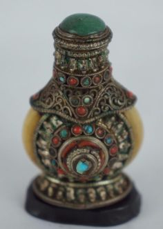 Oustanding detailed decorated with stones / jade snuff bottle