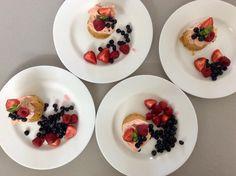 Mrkvový mugcake z kokosové mouky s máslovým krémem a ovocem