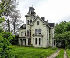 abandoned home in Indiana Old Abandoned Buildings, Abandoned Property, Abandoned Castles, Old Buildings, Abandoned Places, Beautiful Buildings, Beautiful Homes, Beautiful Places, Old Mansions