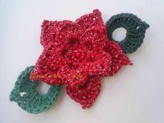 Flor de crochê em barbante vermelho com fio prata. Boa ideia para fazer guirlanda. Cor- da foto Acompanha uma folha de crochê. R$ 6,00