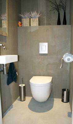 Badkamer met geberit toilet en monolith design module inloopdouche met geberit wandafvoer - Badkamer beton wax ...