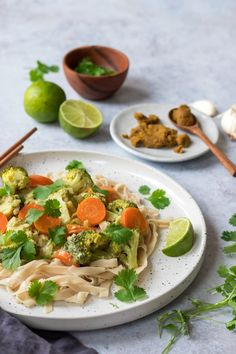 Deze Thaise curry met broccoli is erg makkelijk om te maken en staat zo op tafel. Een lekker recept dat ook nog eens vegan, lactosevrij en glutenvrij is. Vegan Dinner Recipes, Vegan Dinners, Healthy Recipes, Vegan Curry, Butter Chicken, Veggies, Yummy Food, Pasta, Ethnic Recipes