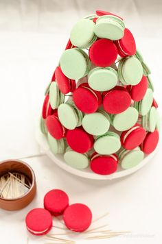 This Macaron Christmas tree would make an amazing table centerpiece at your Christmas party or Christmas event. Once you have mastered Macaron's you can learn how to attach them to a cone to … Macarons Easy, French Macarons Recipe, Macaron Recipe, Creative Christmas Food, Creative Food, Edible Crafts, Food Crafts, Christmas Cookies, Christmas Tree