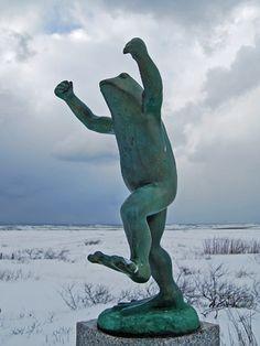 名物銅像「ももさだカエル」が成人に-秋田市新屋海浜公園 /秋田