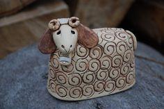 Beránek z keramiky K dispozici je pouze beránek - velikonoční dekorace. Vyrobeno ze šamotové hlíny. Ručně modelováno. Pottery Sculpture, Bird Sculpture, Sculptures, Ceramic Animals, Ceramic Art, Shaun The Sheep, How To Make Clay, Pottery Designs, Pottery Ideas