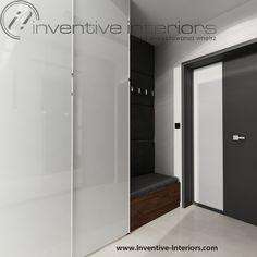 Projekt wiatrołapu Inventive Interiors - wiatrołap z białą szafą i tapicerowanym szarym siedziskiem