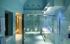 parois de douche en verre transparent et mosaïque en pâte de verre bleu ciel