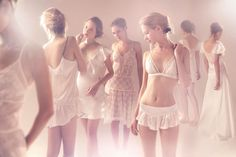 A estilista Emannuelle Junqueira, famosa pelos vestidos de noiva românticos e cheios de detalhes de renda, fechou uma parceria com a marca de lingerie Jogê e desenvolveu uma coleção exclusivamente...