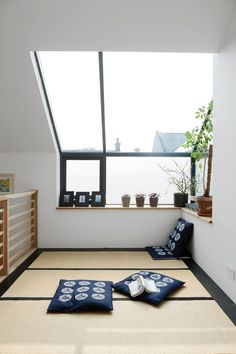 6 Jaw-Dropping Tricks: Minimalist Decor Colorful Simple minimalist home bedroom inspiration.Minimalist Home Essentials Ideas minimalist living room design reading nooks.Minimalist Home Style Dreams. Japanese Living Rooms, Japanese House, Japanese Bed, Japanese Style Bedroom, Attic Renovation, Attic Remodel, Minimalist Bedroom, Minimalist Decor, Minimalist Interior