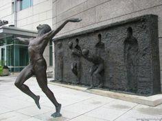"""Freedom,"" a bronze public art sculpture in Philadelphia, Pennsylvania - Sculptor Zenos Frudakis Freedom Sculpture, Lion Sculpture, Bronze Sculpture, Modern Sculpture, Sculpture Ideas, Art Sculptures, Street Art, Wall Street, Steinmetz"