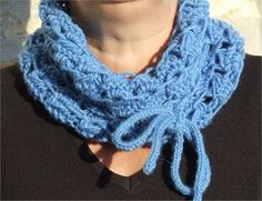 Ladies chunky blue colour knitted infinity Cowl   Chunky knit  Soft feel  Acrylic wool mix  Knitted in broomstick lace stitch   Washable  Size 60 cm (24in) circumferance x 18cm (7in) wide  Detachable I Cord   Please note : Colours may appear differently on some monitors.    Please readshop policies before purchase