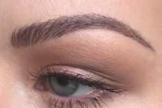 This woman's filled in eyebrows look so good, the internet is convinced they're microbladed - Microblading Mircoblading Eyebrows, Blonde Eyebrows, Tweezing Eyebrows, Arched Eyebrows, Natural Eyebrows, Drawing Eyebrows, Thicker Eyebrows, Plucking Eyebrows, Tattooed Eyebrows