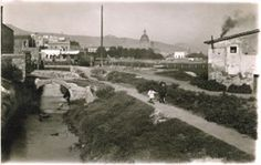 Dos niños caminan por la ribera del Rec Comtal, donde hoy está la calle del Segre, entre Can Capó y la iglesia de Sant Andreu. Años 30. Archivo particular de Lourdes Pinyol / Fons Andreu Pinyol