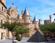 This absolutely gorgeous castles in Navarra is one of the loveliest in Spain and set right in the middle of the historic village of Olite and overlooking vineyards