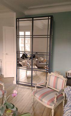 Porte vitrée avec des miroirs pour un salon