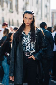 The best street style from Milan Fashion Week Spring/Summer 2020 - Page 2 Casual Street Style, Model Street Style, Street Style Looks, Models Style, Arty Fashion, La Fashion Week, Cool Street Fashion, Milan Fashion, Running Leggings