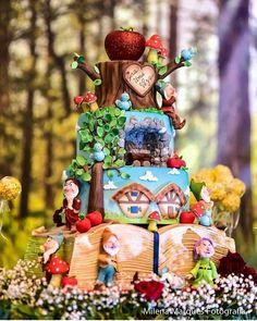 Os contos infantis são realmente mágicos! E esse bolo da @festbolos foi uma das coisas mais incríveis que vimos hoje! 😍😍 @Regrann from @festejandononordeste -  Que perfeição é essa? Bolo incrível da @festbolos vi no ig @kriativekidscerimonial #brancadeneve #decorbrancadeneve #bolobrancadeneve #temabrancadeneve #snowwhite #snowwhiteparty #snowwhitepartyideas #snowwhitecake #festademenina #festejandononordeste #talentonordestino #festainfantil #partykids #partyideas #fortaleza… Baby Birthday Cakes, Disney Birthday, 13th Birthday, Matilda Cake, Snow White Cake, Carousel Cake, Snow White Birthday, White Cakes, Disney Cakes