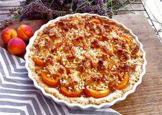 selbst gebackener Aprikosenkuchen mit Marzipanstreuseln, Mandeln und Thymian