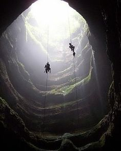 @Regrann from @turistukeando -  #SabiasQueEn la meseta del tepuy Sarisariñama se localizan las mayores simas de colapso de hundimiento formadas en roca arenisca siendo una de ellas la más voluminosa del mundo y la cuarta en profundidad vertical con 502 metros de diámetro de fondo en forma acampanada. La profundidad de ésta sima equivale a la altura de un edificio de 140 pisos.  #YoViajoLuegoExisto http://ift.tt/1iANcOy  Viaja con nosotros // Travel with us   #Turistukeando…
