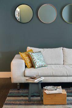 mur bleu gris mettant en valeur le canapé couleur lin et contrasté par les touches de jaune moutarde