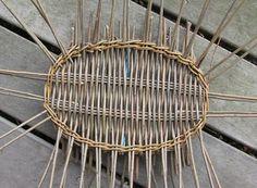 Denne beskrivelse er et genoptryk af den vejledning jeg lavede til flettekredsen i 2008 . Paper Basket Weaving, Willow Weaving, Hand Weaving, Basket Willow, Macrame Bracelet Patterns, Square Baskets, Pine Cone Crafts, Camping Crafts, Weaving Techniques