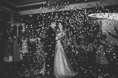 @larissasydekumphotography // Hochzeitstanz von Braut und Bräutigam // Konfettikanone beim Hochzeitstanz // Ideen für den ersten Tanz als Ehepaar // First dance ideas // Konfettiregen // Larissa Sydekum Photography Weddings, Concert, Decor, Wedding Bride, Wedding, Dance, Ideas, Decoration, Concerts