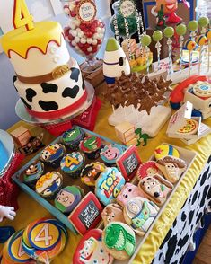 Toy Story Party Table with Cake, Cookies Favors Fête Toy Story, Bolo Toy Story, Toy Story Baby, Toy Story Theme, Toy Story Cakes, Toy Story Food, 6th Birthday Parties, 1st Boy Birthday, Birthday Pinata