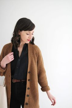 Style Bee - STYLING PAST SPRING STAPLES 4 NEW WAYS Brown Cardigan Outfit, Cardigan Outfits, Cardigan Fashion, Column Dress, Fall Capsule Wardrobe, Denim Coat, Professional Outfits, Fall Outfits, Work Outfits