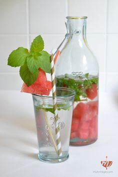 3 leckere und einfache Infused Water Rezepte mit frischem Obst. Melone Minze, Mango Granatapfel Thymian und Gurke Ingwer.