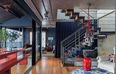 A escada metálica liga os três pavimentos do apartamento. O desenho é do arquiteto Nelson Kabarite