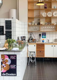 Ken je De Kok en de Tuinman in Rotterdam-Noord al? Je leest hier waarom je deze hotspot echt eens met kids zou moeten bezoeken. Rotterdam, Restaurant, Breakfast, Table, Furniture, Food, Home Decor, Morning Coffee, Homemade Home Decor