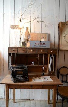 www.brocantedelabruyere.com  Bureau en bois naturel comprenant une table avec un tiroir et une étagère avec 7 petits tiroirs et des rangements verticaux. Beaucoup de charme.