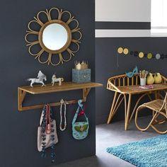 Une forme de marguerite et une réalisation en rotin, finition naturelle pour une chambre d'enfants !