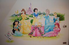 Muurschildering van de Disney Prinsessen zoals Belle , Sneeuwwitje, Frozen Ella, Assepoester, Ariel en Jasmin Child Room, Kids Room, Princess Mural, Disney Mural, Baby Disney Characters, Kindergarten Design, Disney Rooms, Bunk Bed Designs, Photo Mural