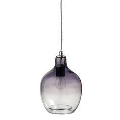 Hanglamp Bubble Recycled glass grey. Dip Dye! Deze geblazen lamp is dé woontrend 2016/2017. Gemaakt van gerecycled glas met een mooie overloop van grijs naar doorzichtig glas. De charme van deze mooie hanglamp is de subtiele look, met daarbij het mooie geblazen glas. De hanglamp van glas heeft een hoogte van 26cm. En een diameter van 20 cm. De snoer is 2mtr lang. Er kan een E27 lamp in met maximaal 40watt. Deze trendlamp is afkomstig van het Deense merk Nordal. Just in love with dip dye...
