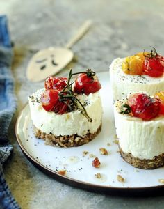 goat cheese and tomato appetizers. Savory goat cheese and roasted tomatoes mini cheesecakes Tomato Appetizers, Appetizer Recipes, Cheese Appetizers, Canapes Recipes, Mini Cheesecakes, Savory Cheesecake, Raspberry Cheesecake, Oreo Cheesecake, Cheesecake Recipes