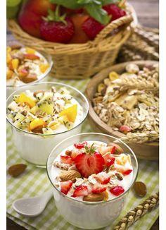 Healthy breakfast with yogurt granola, and fruit Healthy Breakfast Muffins, Yogurt Breakfast, Health Breakfast, Easy Healthy Recipes, Easy Meals, Healthy Lifestyle Habits, Recipe For Teens, Yogurt And Granola, Budget Meals