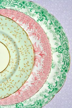Vintage China : Mix and Match Fine China Choose two colors and collect various size plates to stack for interest Vintage Plates, Vintage Dishes, Vintage China, Vintage Cups, Shabby Chic Cake Stand, Shabby Chic Cakes, China Plates, Decoration Table, Dining Decor
