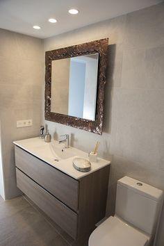 Mueble de baño moderno con un espejo estilo vintage. Una combinación muy original.