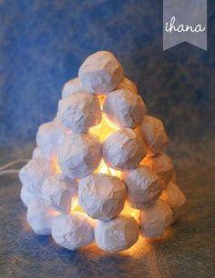 Valkoinen lumilyhty lohduttaa lumettomana ja pimeänä aikana. Ja mikä parasta, materiaalit tähän lyhtyyn löytyvät hyvin helposti. ...