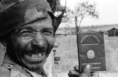 Sr. Ataliba dos Santos, carvoeiro, mostra sua carteira de trabalho. Mato Grosso do Sul, MS - 1988..Mr. Ataliba of Santos, coalman, shows his/her work wallet. Mato Grosso do Sul, MS - 1988. COPYRIGHT:Joao Roberto Ripper / Imagens Humanas