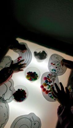Taula de llums: omplir buits. #siluetes #cotofluix #pedresdecolors #cotonetsdecolors #colors
