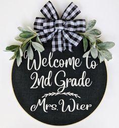 Teacher Door Signs, Classroom Door Signs, Teacher Doors, Kindergarten Classroom Decor, Classroom Setup, Nurse Decor, Teacher Wreaths, Painted Wooden Signs, Wooden Door Hangers