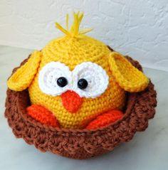 Osterküken im Nest häkeln für eine niedliche und selbstgemachte Osterdeko. Noch mehr Ideen gibt es auf www.Spaaz.de